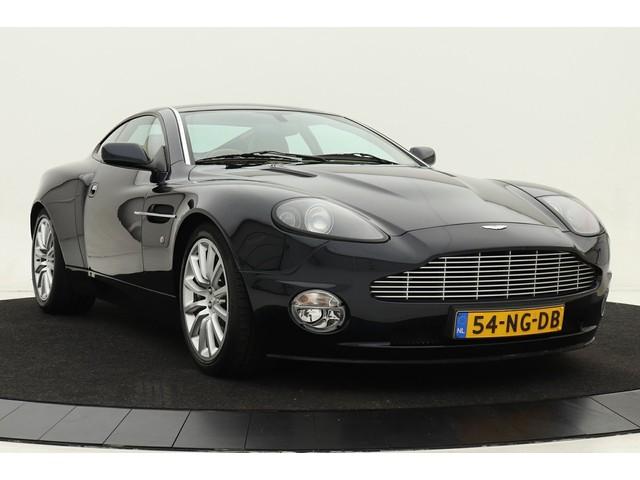 Aston Martin V12 Vanquish 470pk | 1e eigenaar | Te zien in de Classic Remise te Dusseldorf Duitsland| Volleder | Linn Surround audio | Origineel NL| Volle