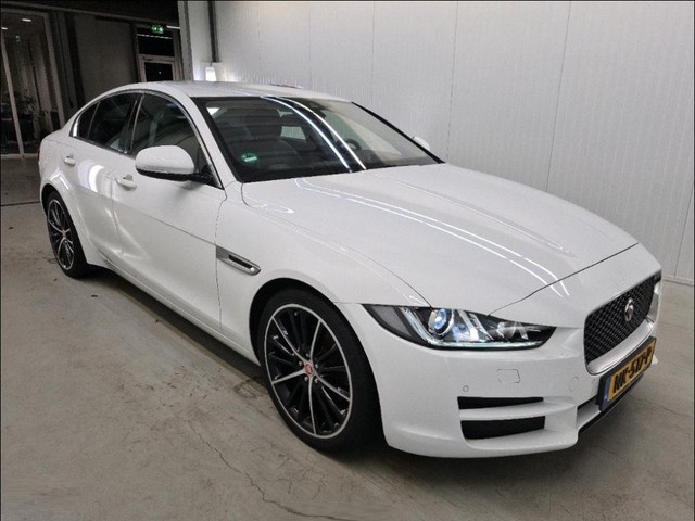 Jaguar XE 2.0 D E-PERFORMANCE AUT. *NAVI+HEAD-UP+XENON+LEDER+CAMERA+ECC+PDC+CRUISE*