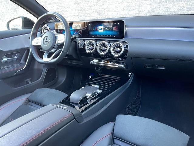 Mercedes-Benz A-Klasse 200 AMG Night Panorama Camera Sfeerverlichting Burmester Dealer Onderhouden